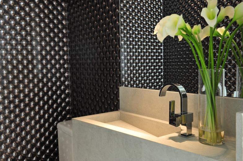 Karina Korn usou um modelo de efeito 3D para tornar o lavabo moderninho | Foto: Eduardo Pozella